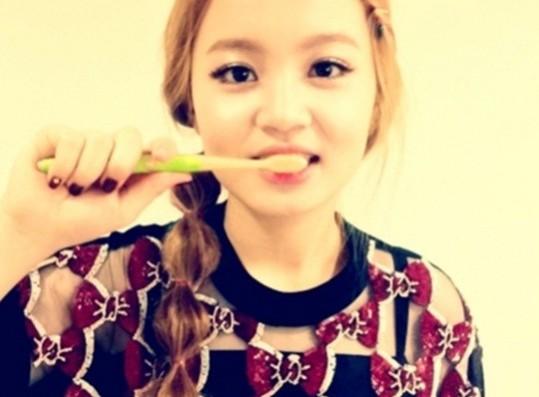 Lee Hi Reveals her Cute Side, 'Brushing her Teeth'