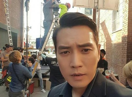 """Joo Sang-Wook takes a selfie at the set of the JTBC drama """"Fantastic."""""""