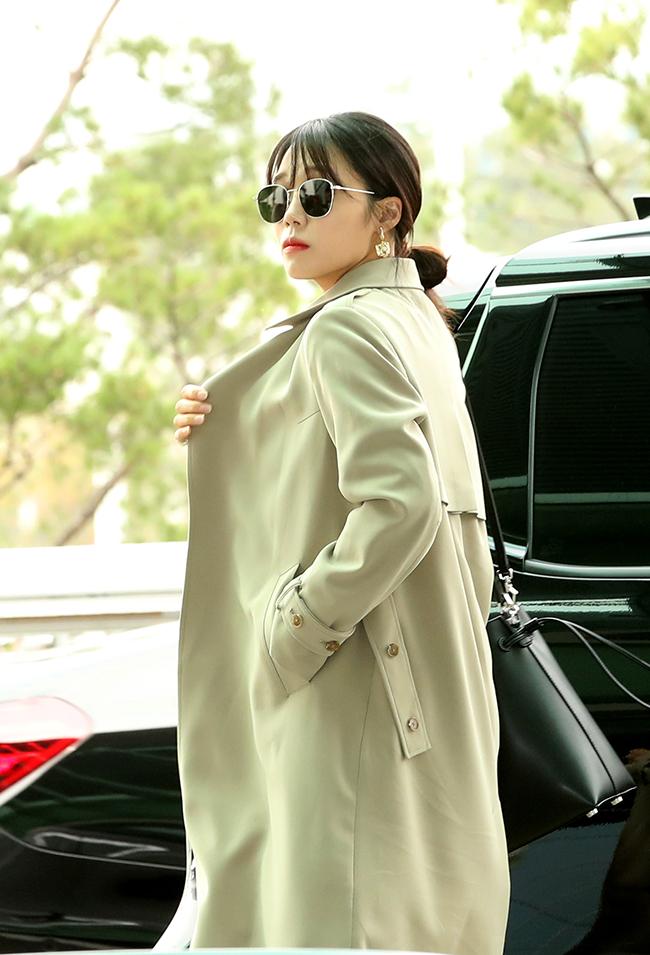 Apink Jung Eun-ji, with a trench coat