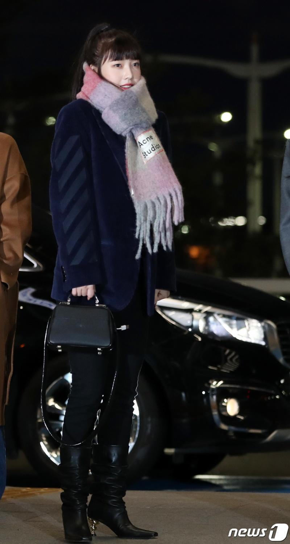 Red Velvet Joy, warm with one scarf