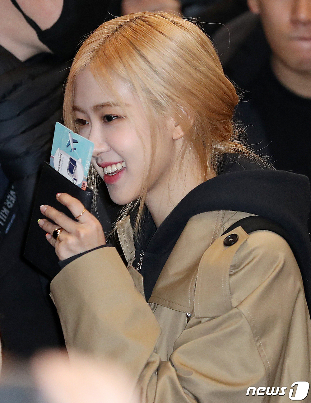 Blackpink Jisoo, Rosé departs to Osaka
