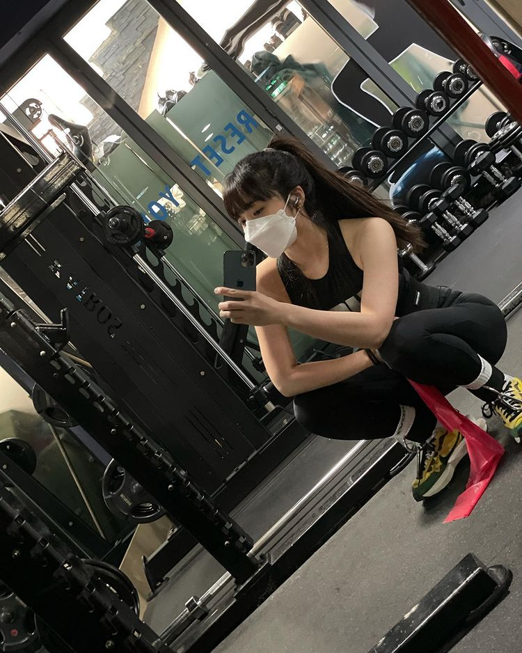 Apink Eunji Shows Good Physique while at the Gym