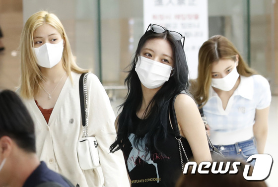 ITZY, bling bling even on bare face