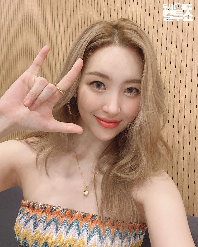 Sunmi Greets Fans with Glam and Good Visuals