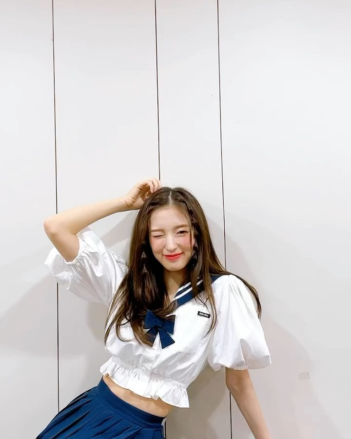 OH MY GIRL Arin, a goddess visual with a white jacket + long straight hair.. Mature beauty↑