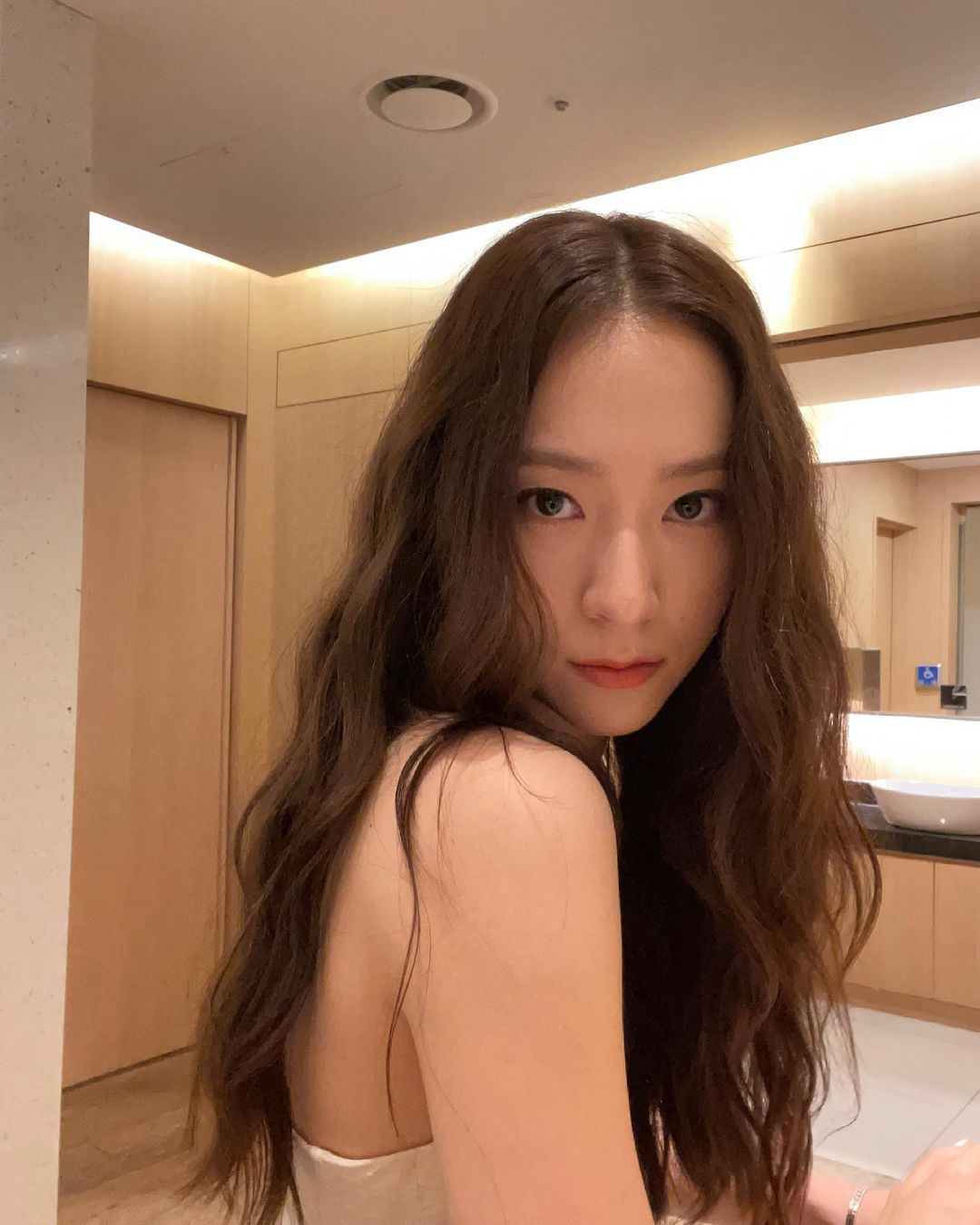 Jessica unveils 'Can't Sleep' teaser... Krystal and 'real sister chemistry'