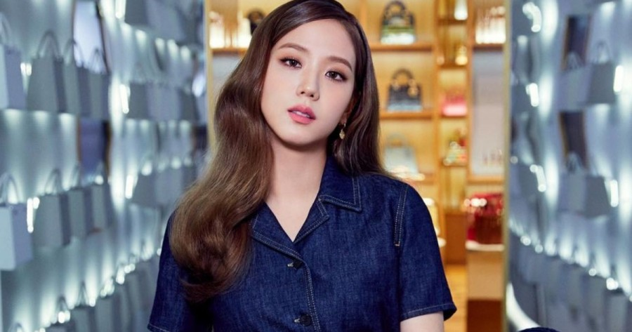 BLACKPINK Jisoo Disappoints for Having the Same Pose in All Her Photos