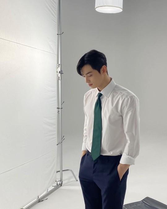 Cha Eun-woo, only wears a white shirt, but a fluttering beauty
