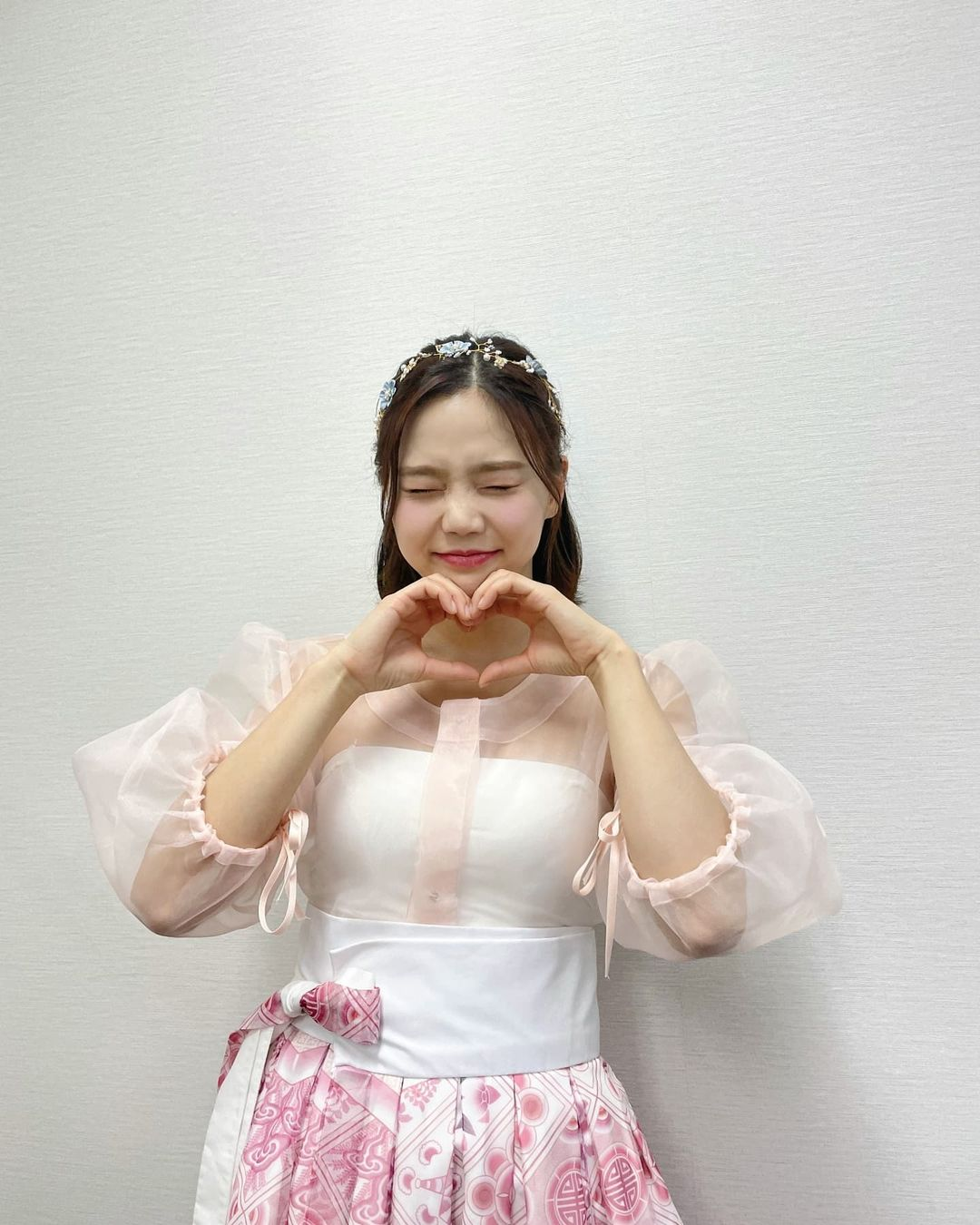 OH MY GIRL Hyojung, wearing hanbok and bursting with juice.. Lovely atmosphere