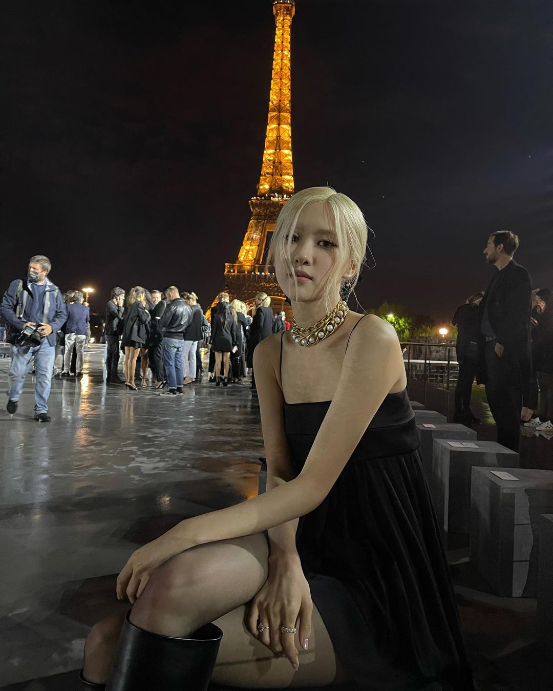 Rosé, with the background of the Eiffel Tower, a slender body…the existence is a luxury