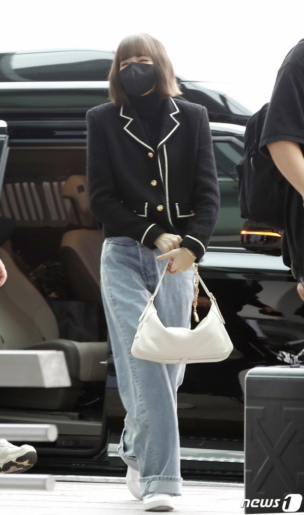 #BienvenueLisa: BLACKPINK Lisa Flaunts Barbie-like Visual in Her Airport Fashion Outfit as She Departs for Paris Fashion Week
