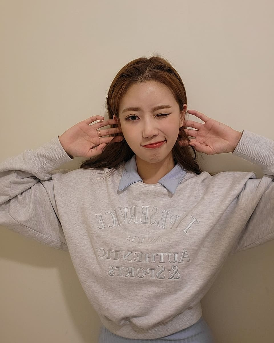 Lovelyz Lee Mi-joo, working hard today as well.. Eyes full of aegyo