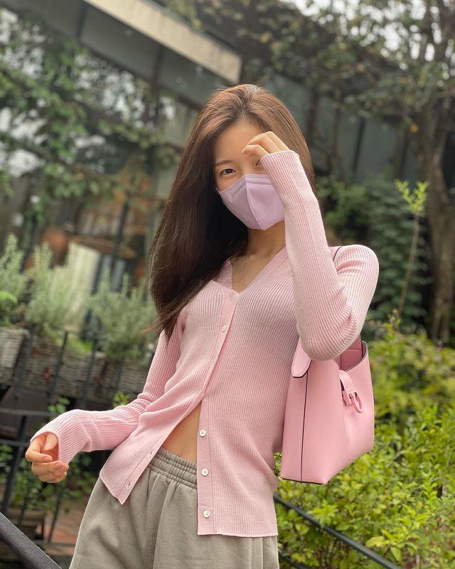 OH MY GIRL Arin, slim waist + doll beauty… Lovely's essence