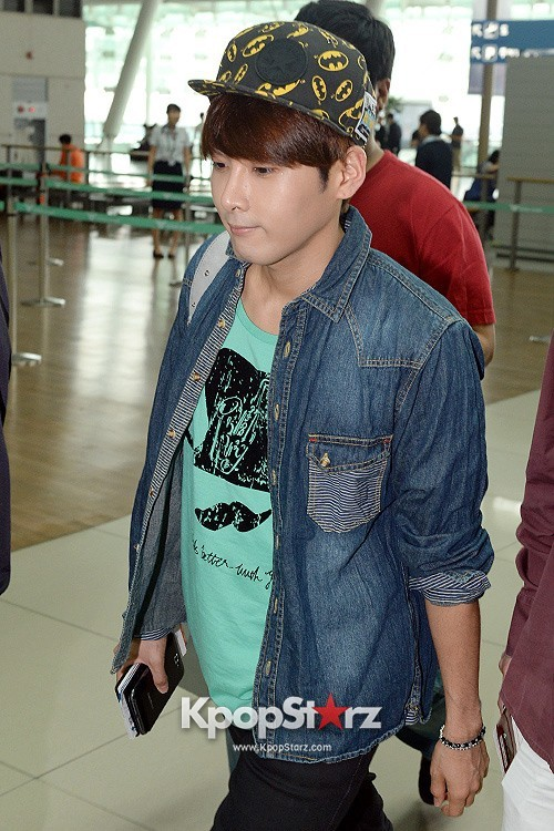 Airport Style: Super Junior Casual Outfit with Hats ...